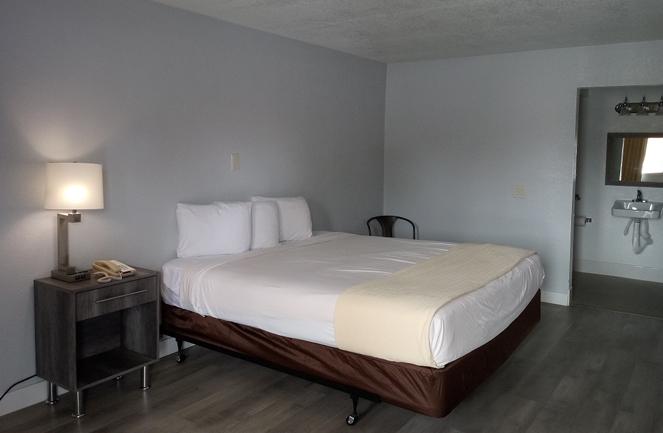 E-Z 8 Motel San Diego Guest Room